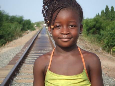 線路の上の少女